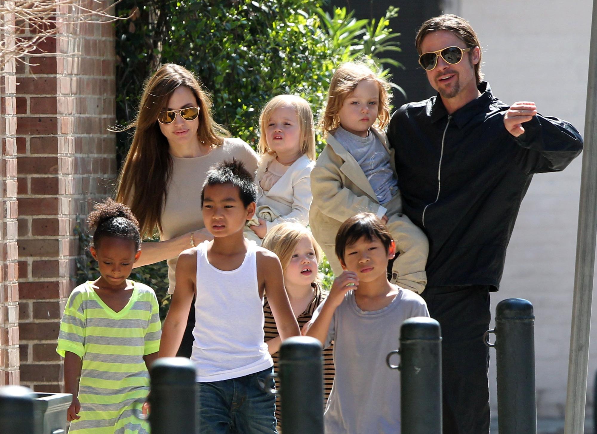 Rộ tin Angelina Jolie nhận nuôi đứa con thứ 7: Lí do khiến Brad Pitt không chịu nổi phải ly hôn là đây?-2