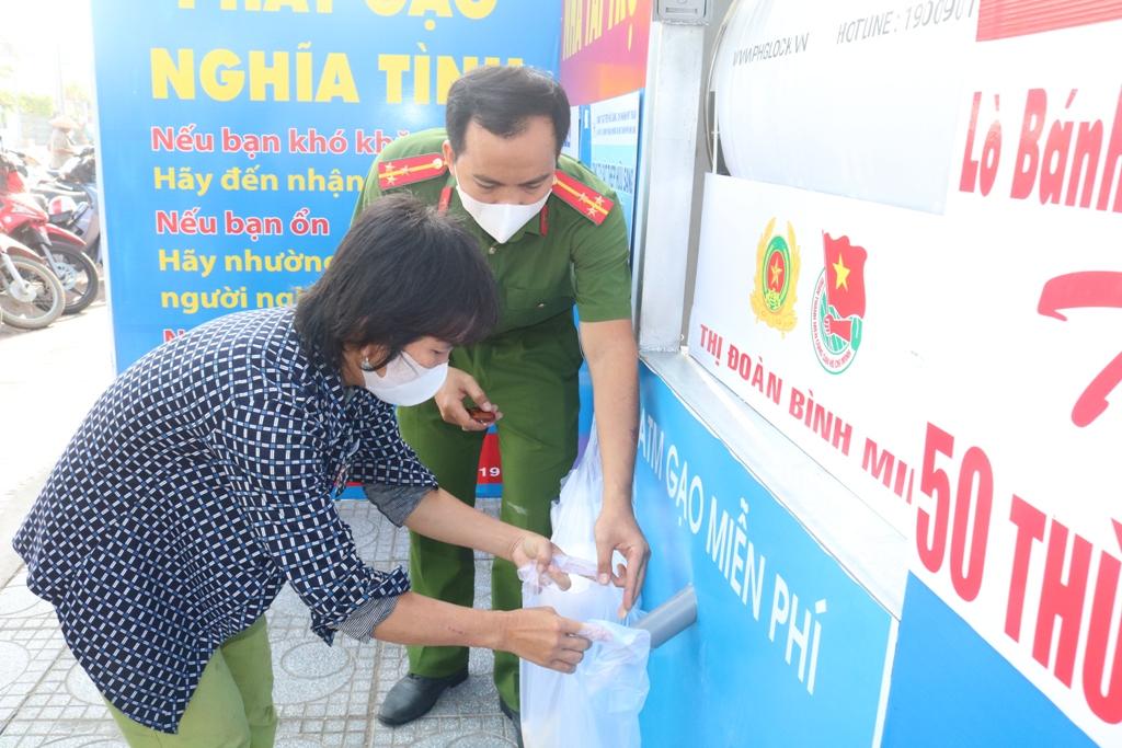 """Công an Vĩnh Long tổ chức ATM gạo"""" lưu động giúp dân-1"""