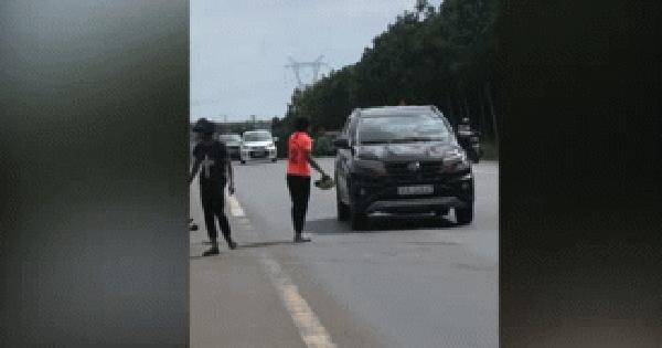 Va chạm giao thông, thanh niên chạy xe máy hùng hổ gây hấn, phản ứng của tài xế ô tô lại trái ngược