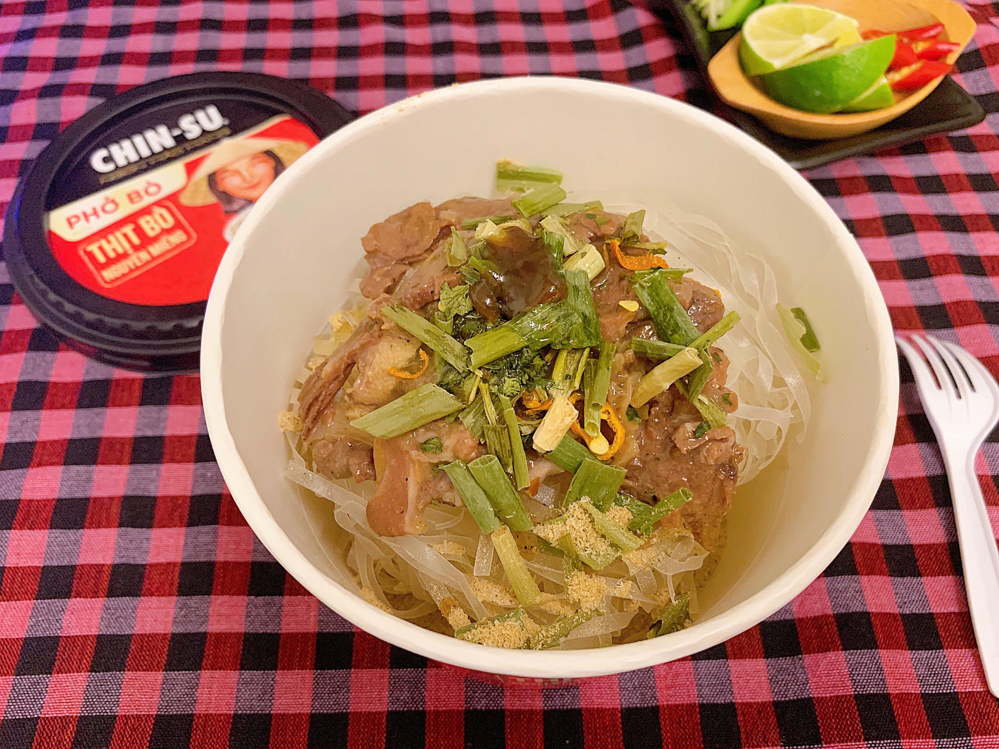 """Thành viên nhóm review ẩm thực hàng đầu Việt Nam bàn tán về loại phở ăn liền đang hot gần đây: Bất ngờ bởi thịt bò xịn"""" nguyên miếng!-2"""
