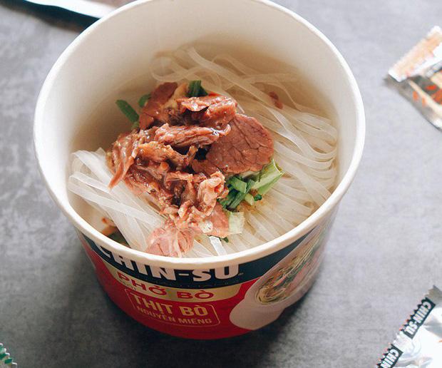 """Thành viên nhóm review ẩm thực hàng đầu Việt Nam bàn tán về loại phở ăn liền đang hot gần đây: Bất ngờ bởi thịt bò xịn"""" nguyên miếng!-1"""