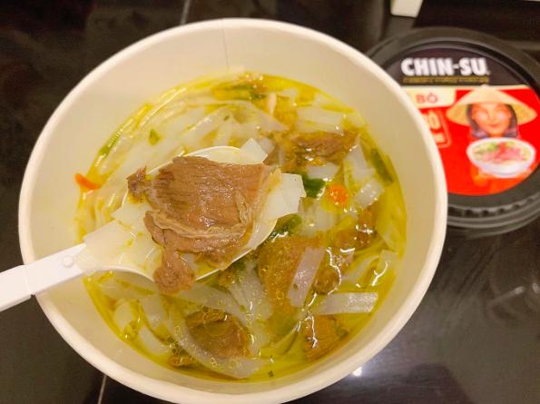 """Thành viên nhóm review ẩm thực hàng đầu Việt Nam bàn tán về loại phở ăn liền đang hot gần đây: Bất ngờ bởi thịt bò xịn"""" nguyên miếng!-4"""