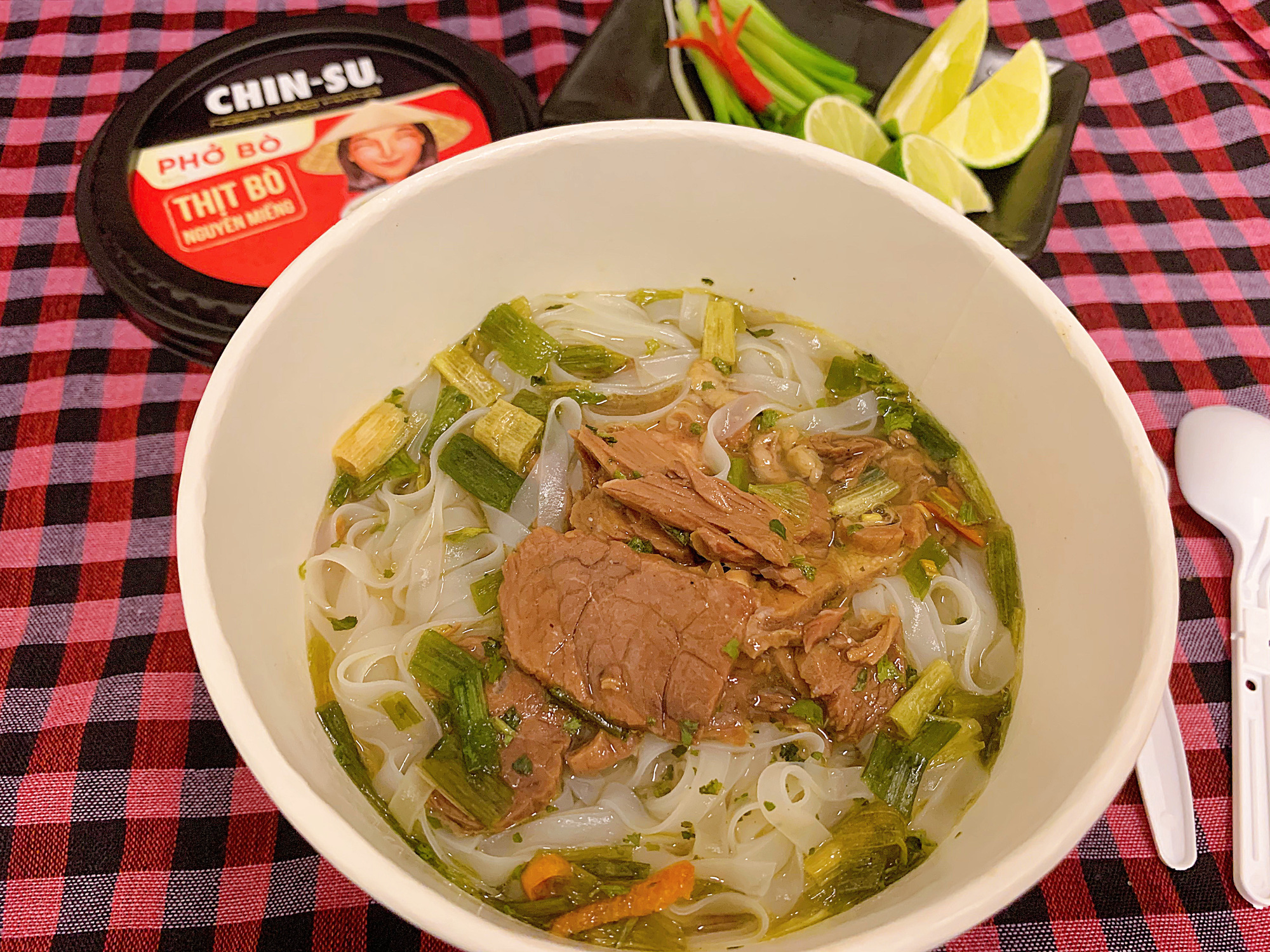 """Thành viên nhóm review ẩm thực hàng đầu Việt Nam bàn tán về loại phở ăn liền đang hot gần đây: Bất ngờ bởi thịt bò xịn"""" nguyên miếng!-3"""