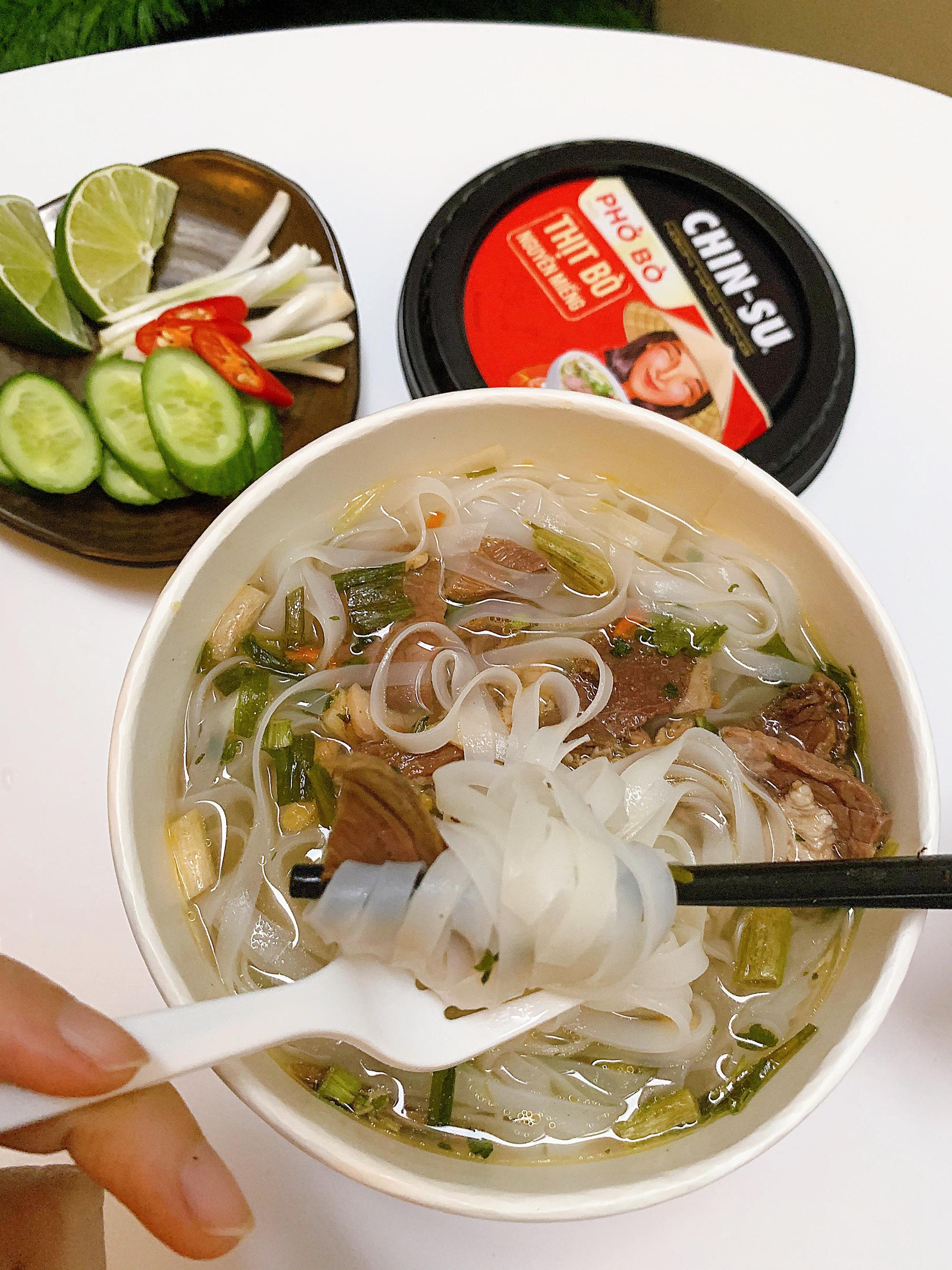 """Thành viên nhóm review ẩm thực hàng đầu Việt Nam bàn tán về loại phở ăn liền đang hot gần đây: Bất ngờ bởi thịt bò xịn"""" nguyên miếng!-7"""