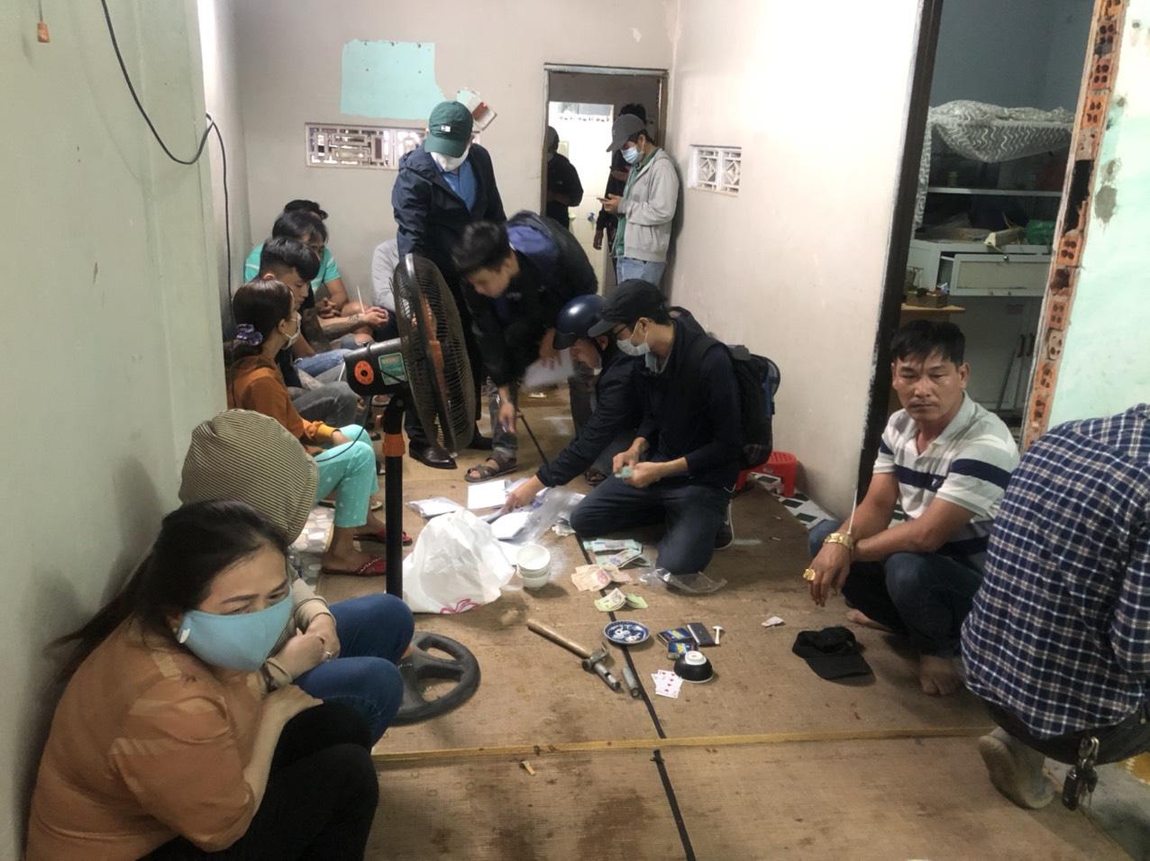 Cảnh sát hình sự đột kích sới bạc trong khu dân cư, bắt hàng chục con bạc ăn thua cả trăm triệu đồng-1