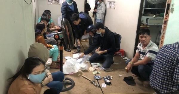 Cảnh sát hình sự đột kích sới bạc trong khu dân cư, bắt hàng chục con bạc ăn thua cả trăm triệu đồng