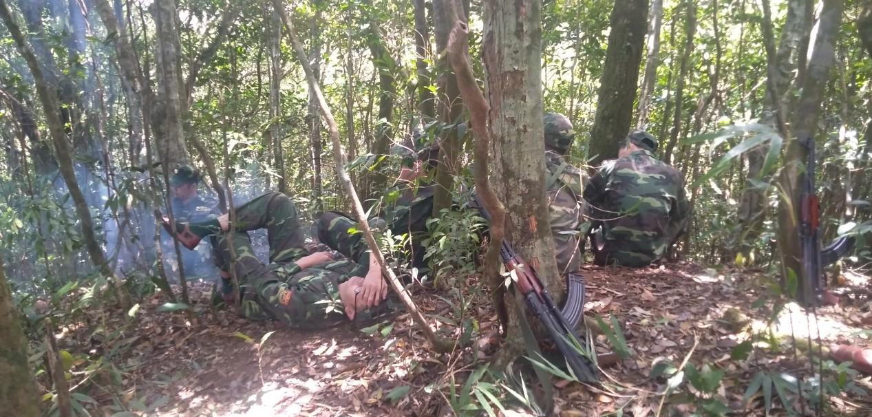 Ảnh: 20 giờ trèo đèo, lội suối tìm kiếm 2 cô gái bị lạc trong rừng sâu-7