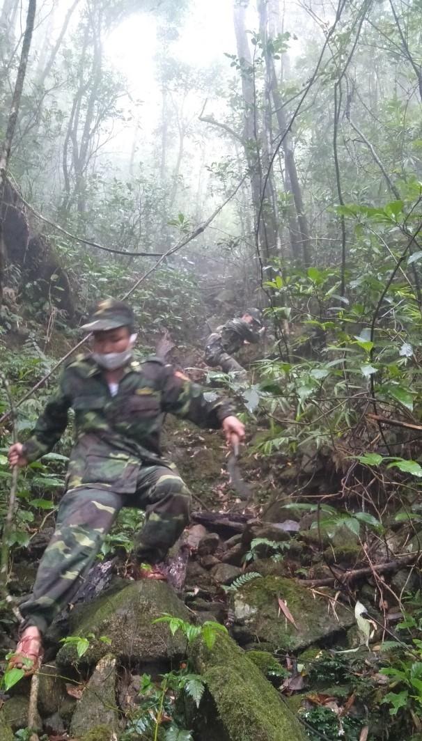 Ảnh: 20 giờ trèo đèo, lội suối tìm kiếm 2 cô gái bị lạc trong rừng sâu-4