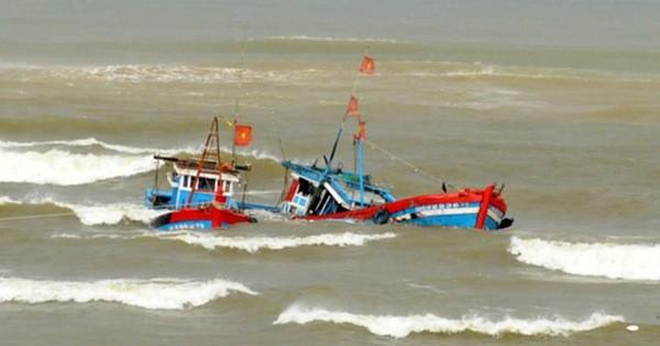 Tàu cá ngư dân bị sóng lớn đánh chìm trên biển