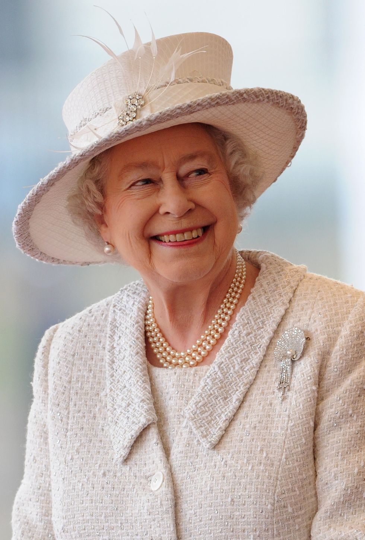 Bí mật váy áo của Nữ hoàng Anh suốt 100 năm vừa mới được tiết lộ: Không phải các nguyên tắc mà ở chi tiết nhỏ xíu 1 bên vai-5