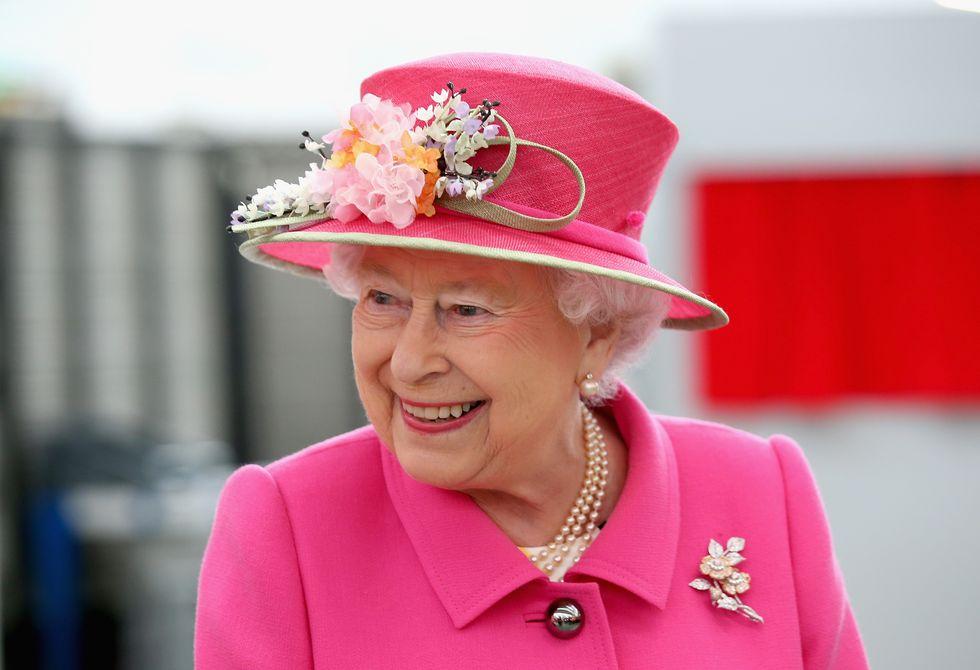 Bí mật váy áo của Nữ hoàng Anh suốt 100 năm vừa mới được tiết lộ: Không phải các nguyên tắc mà ở chi tiết nhỏ xíu 1 bên vai-3