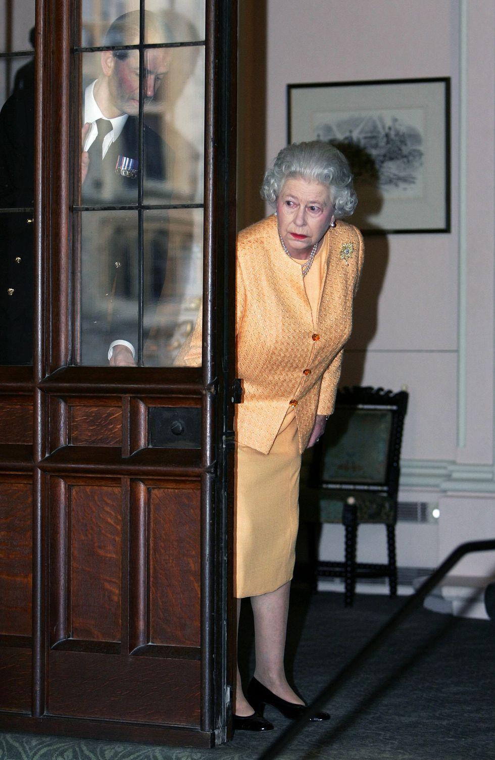 Bí mật váy áo của Nữ hoàng Anh suốt 100 năm vừa mới được tiết lộ: Không phải các nguyên tắc mà ở chi tiết nhỏ xíu 1 bên vai-1