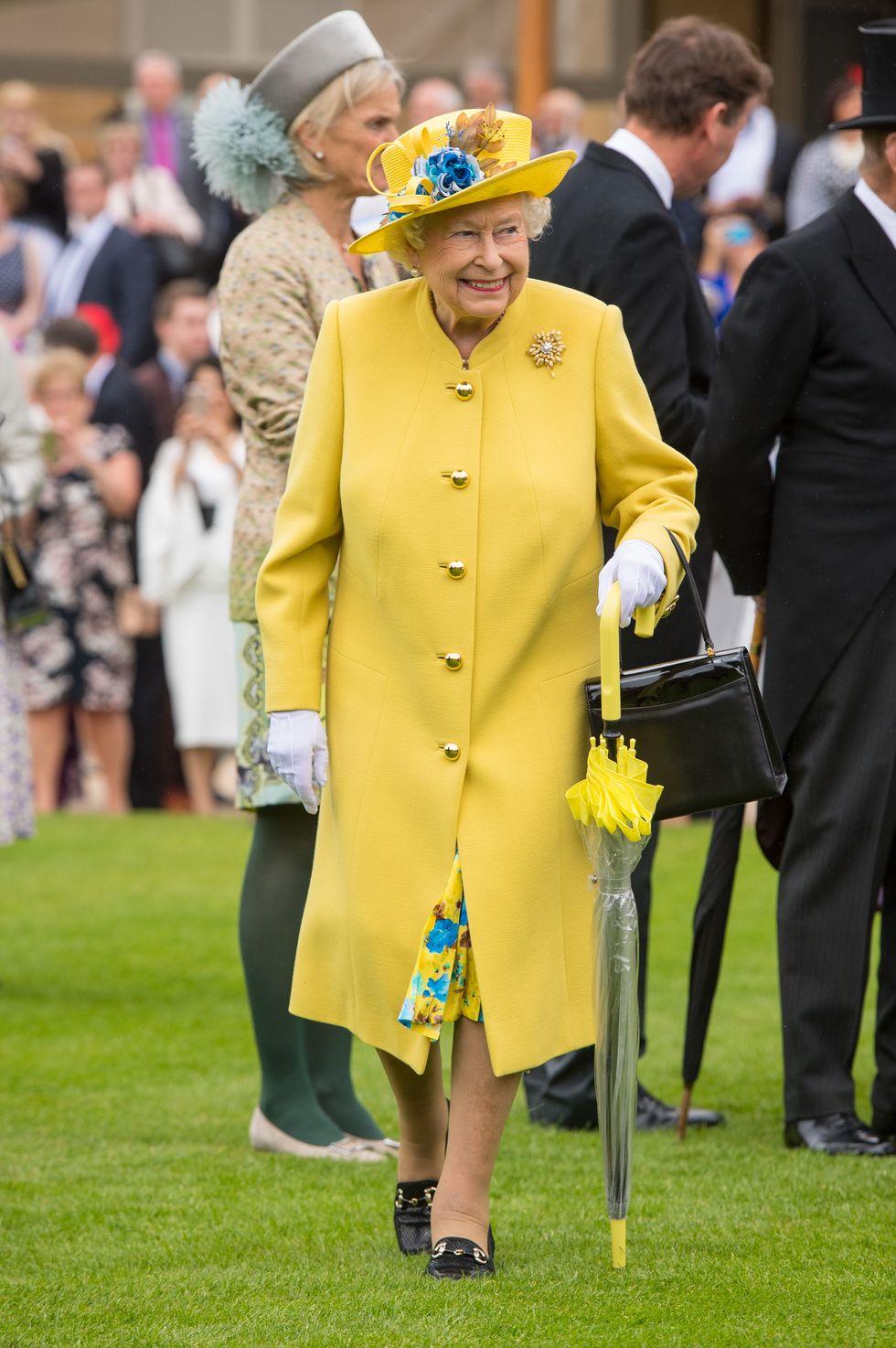 Bí mật váy áo của Nữ hoàng Anh suốt 100 năm vừa mới được tiết lộ: Không phải các nguyên tắc mà ở chi tiết nhỏ xíu 1 bên vai-2