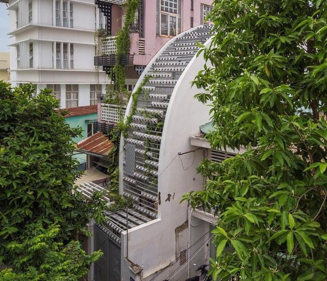 Ngôi nhà ống hẹp ở Sài Gòn với mặt tiền uốn cong vô cùng ấn tượng                         -1