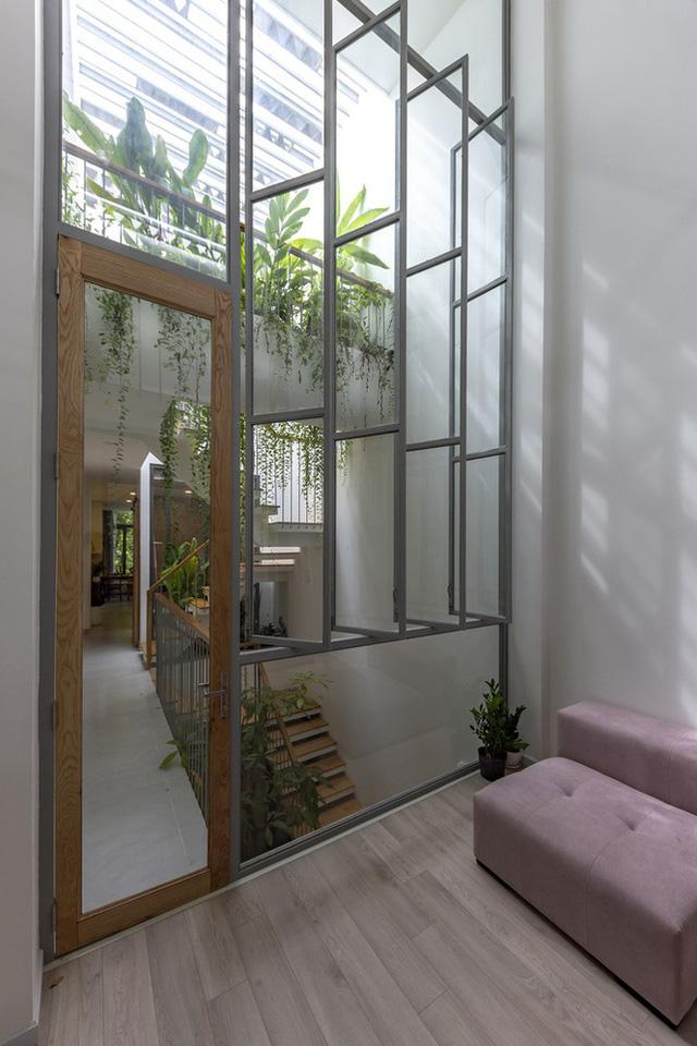 Ngôi nhà ống hẹp ở Sài Gòn với mặt tiền uốn cong vô cùng ấn tượng                         -12