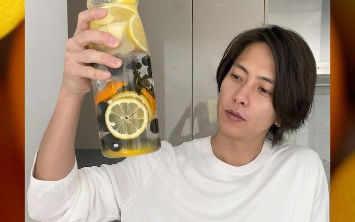 5 phút vào bếp cùng nam thần người Nhật pha chế nước detox vừa đẹp da vừa đốt cháy mỡ thừa