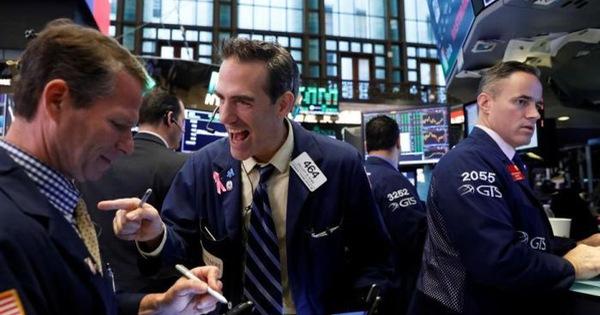 Kỳ vọng về việc nền kinh tế sớm mở cửa tăng cao, Phố Wall khởi sắc, Dow Jones trở lại mốc 24.000 điểm