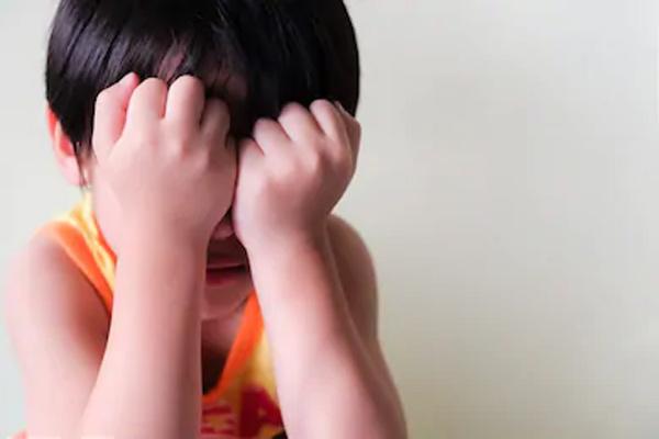 Bà ơi, tối qua mẹ bắt nạt bố…, nghe con trai tố một câu trước mặt cả nhà, mẹ trẻ chỉ muốn độn thổ vì phút bất cẩn-1