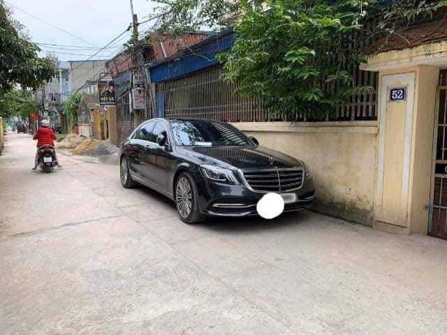 Đỗ xe Mercedes tiền tỷ bên đường, người chủ xe đã để lại mẩu giấy nhỏ để bảo vệ tài sản, đọc nội dung ai cũng thấy bất ngờ-1