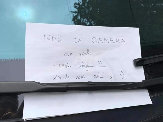 Đỗ xe Mercedes tiền tỷ bên đường, người chủ xe đã để lại mẩu giấy nhỏ để bảo vệ tài sản, đọc nội dung ai cũng thấy bất ngờ-2