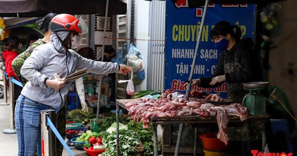 Dù cách ly xã hội được nới lỏng, chợ Dịch Vọng ở Hà Nội vẫn tiếp tục căng dây  để người mua hàng đứng xa 2m