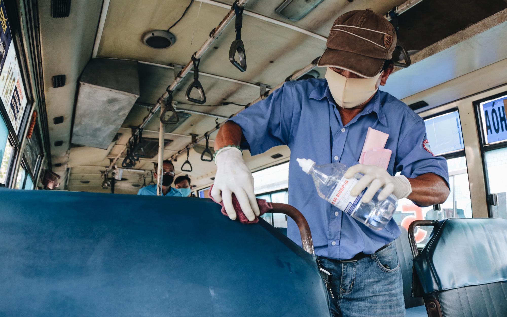 Từ sáng tới trưa chỉ có 4 khách, xe buýt ở Sài Gòn phòng dịch như thế nào trong ngày đầu hoạt động trở lại?