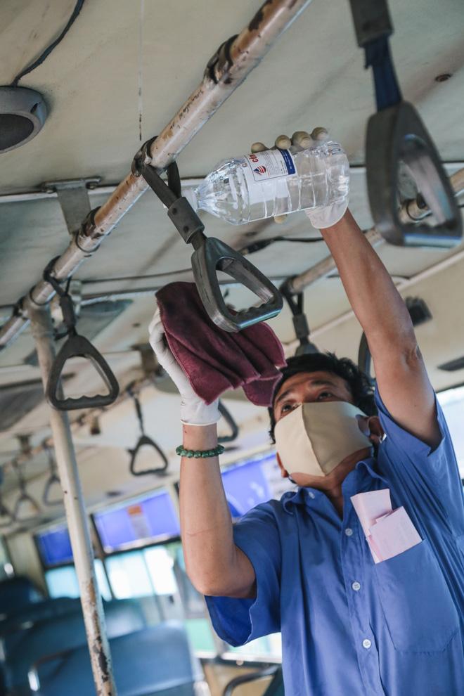 Từ sáng tới trưa chỉ có 4 khách, xe buýt ở Sài Gòn phòng dịch như thế nào trong ngày đầu hoạt động trở lại?-5