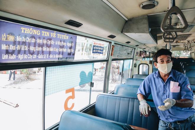 Từ sáng tới trưa chỉ có 4 khách, xe buýt ở Sài Gòn phòng dịch như thế nào trong ngày đầu hoạt động trở lại?-7