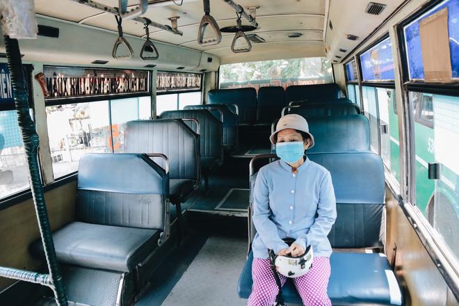 Từ sáng tới trưa chỉ có 4 khách, xe buýt ở Sài Gòn phòng dịch như thế nào trong ngày đầu hoạt động trở lại?-9
