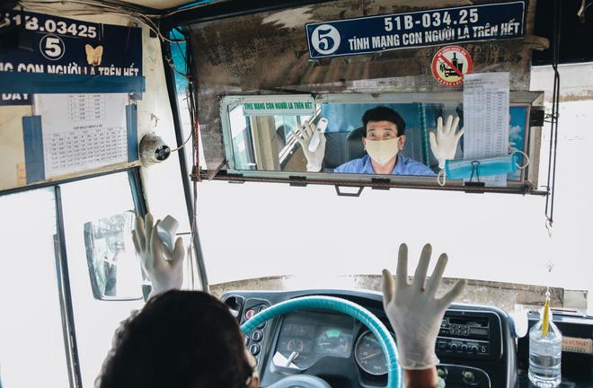 Từ sáng tới trưa chỉ có 4 khách, xe buýt ở Sài Gòn phòng dịch như thế nào trong ngày đầu hoạt động trở lại?-10
