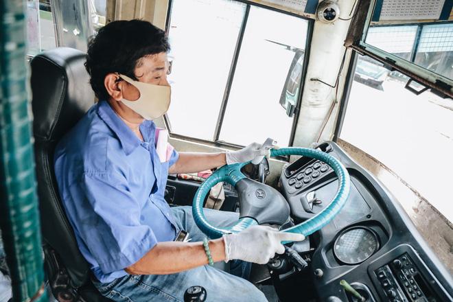 Từ sáng tới trưa chỉ có 4 khách, xe buýt ở Sài Gòn phòng dịch như thế nào trong ngày đầu hoạt động trở lại?-12