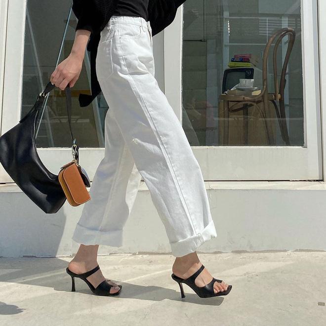 """Đây là kiểu giày được các BTV khẳng định là must-have"""" hè năm nay, gái Hàn cũng diện ầm ầm rồi bạn còn chờ gì mà không đu theo?-14"""