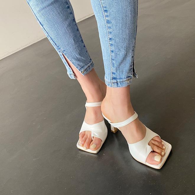 """Đây là kiểu giày được các BTV khẳng định là must-have"""" hè năm nay, gái Hàn cũng diện ầm ầm rồi bạn còn chờ gì mà không đu theo?-1"""