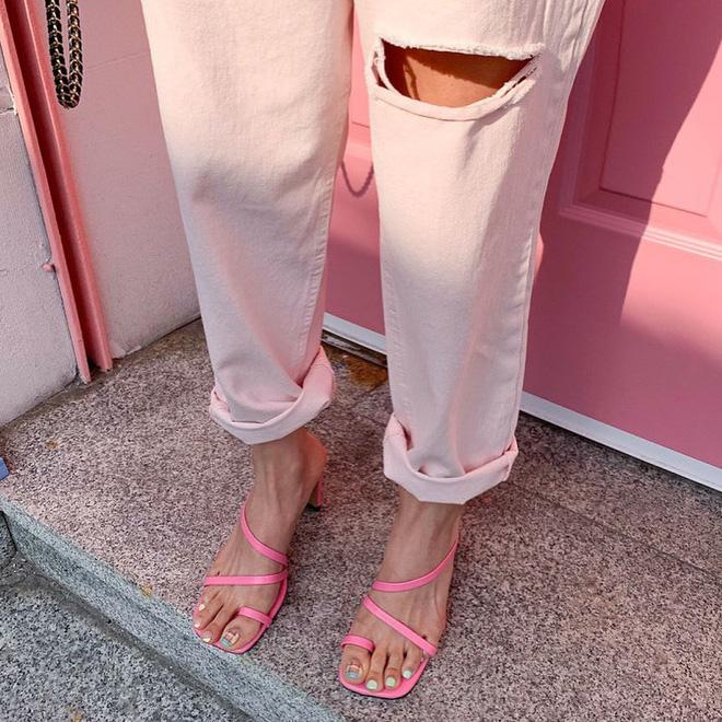 """Đây là kiểu giày được các BTV khẳng định là must-have"""" hè năm nay, gái Hàn cũng diện ầm ầm rồi bạn còn chờ gì mà không đu theo?-2"""