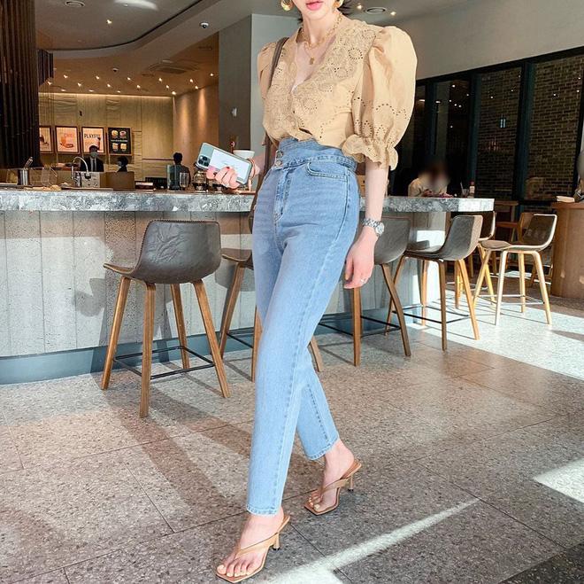"""Đây là kiểu giày được các BTV khẳng định là must-have"""" hè năm nay, gái Hàn cũng diện ầm ầm rồi bạn còn chờ gì mà không đu theo?-11"""