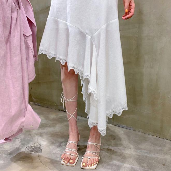 """Đây là kiểu giày được các BTV khẳng định là must-have"""" hè năm nay, gái Hàn cũng diện ầm ầm rồi bạn còn chờ gì mà không đu theo?-10"""