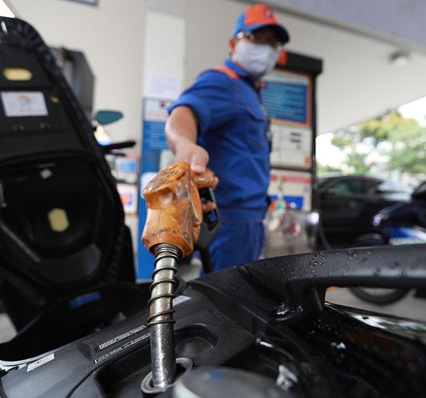Giá xăng giảm lần thứ 8 liên tiếp, còn dưới 11.000 đồng/lít