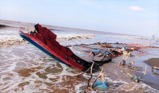 Tàu chở 230 tấn gạo chìm trên biển, 3 thuyền viên Indonesia trôi dạt vào biển Sóc Trăng
