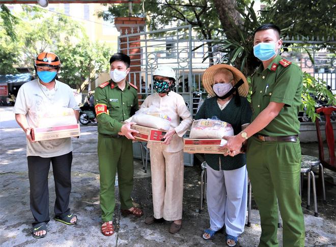 Những phần quà yêu thương của các chiến sỹ Công an giúp người nghèo vượt qua mùa dịch Covid-19-2