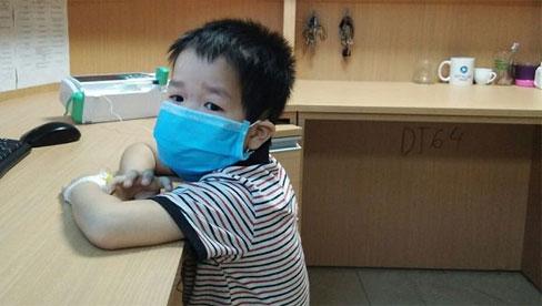 Bé trai 4 tuổi liên tục nôn, sốt cao, đi khám phát hiện viêm não vì lý do không ngờ