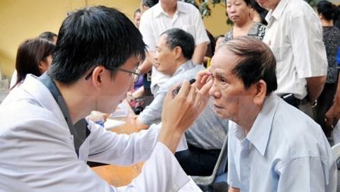 Chăm sóc mắt cho người cao tuổi – điều đặc biệt cần phải quan tâm