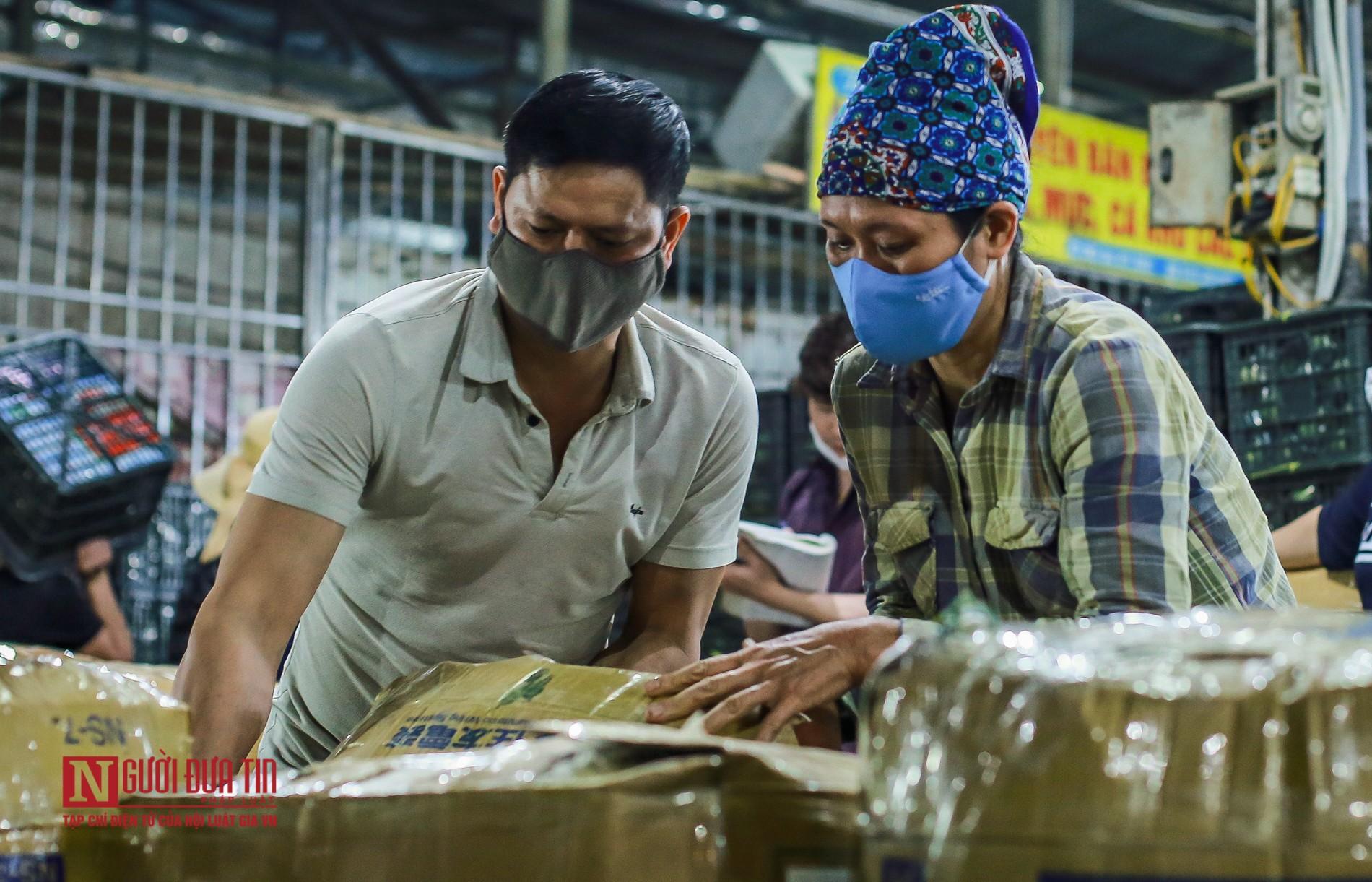 Người lao động vui vẻ kéo hàng trong đêm tại chợ hoa quả đầu mối-13