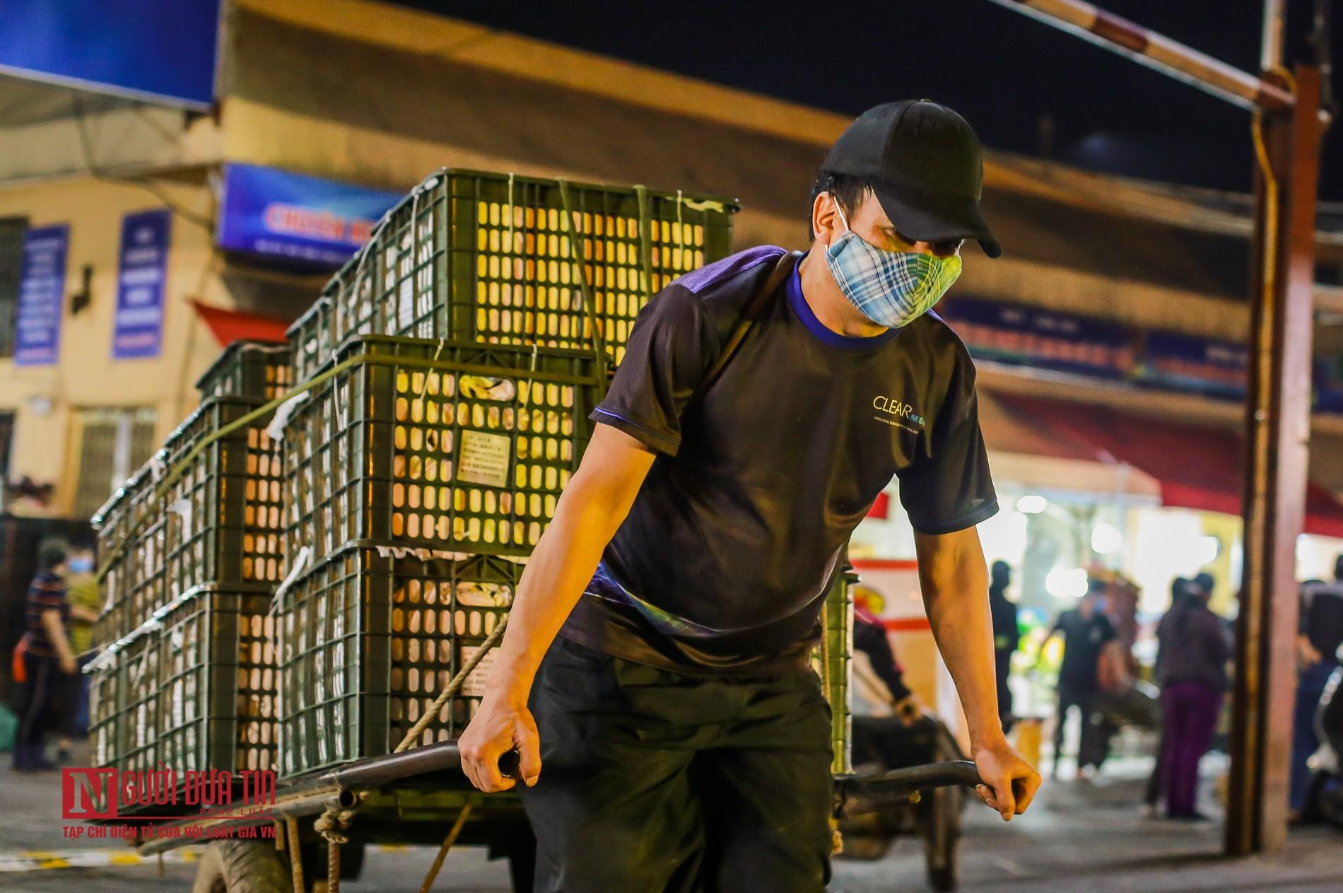 Người lao động vui vẻ kéo hàng trong đêm tại chợ hoa quả đầu mối-7