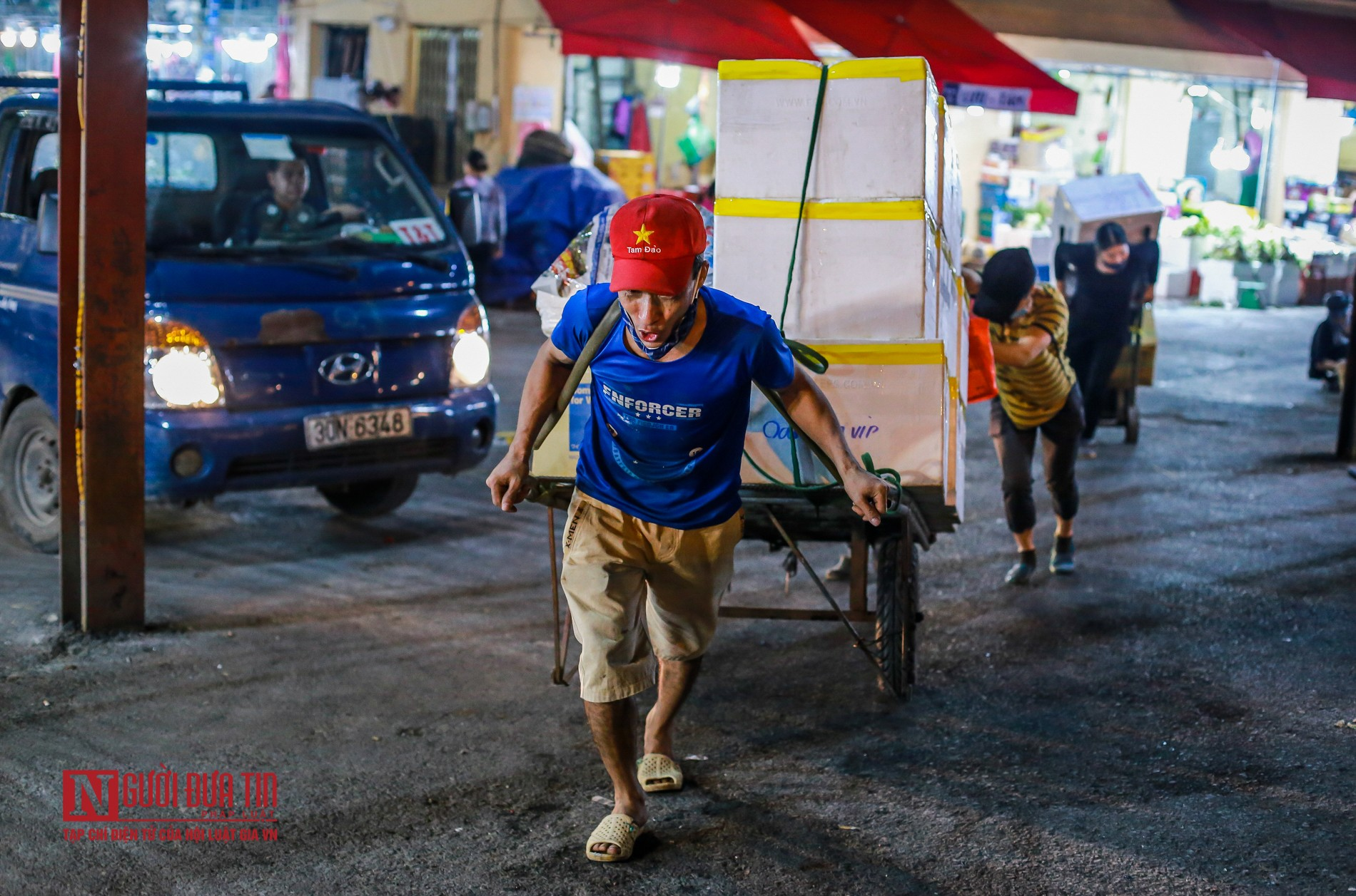 Người lao động vui vẻ kéo hàng trong đêm tại chợ hoa quả đầu mối-5