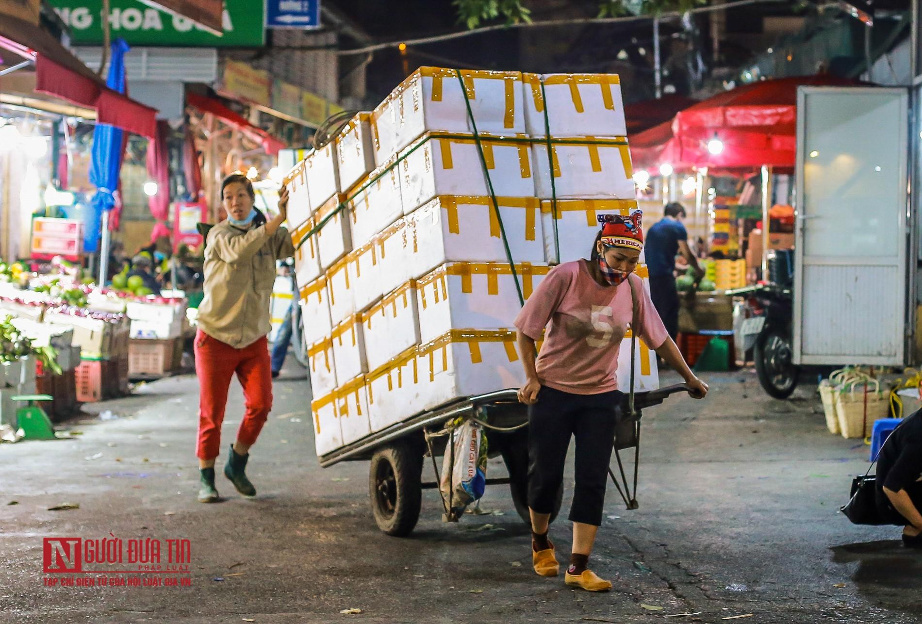 Người lao động vui vẻ kéo hàng trong đêm tại chợ hoa quả đầu mối-6