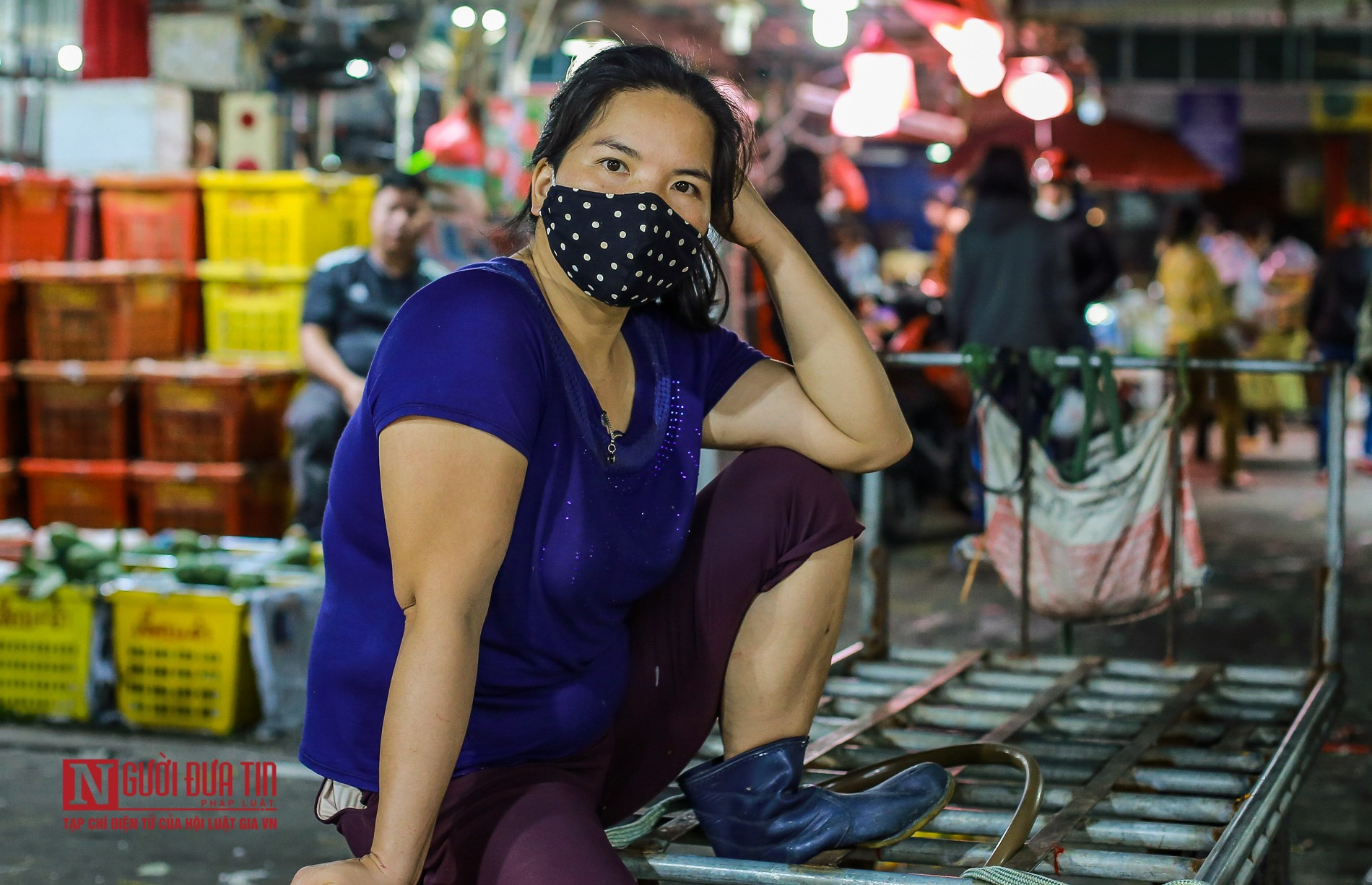 Người lao động vui vẻ kéo hàng trong đêm tại chợ hoa quả đầu mối-10