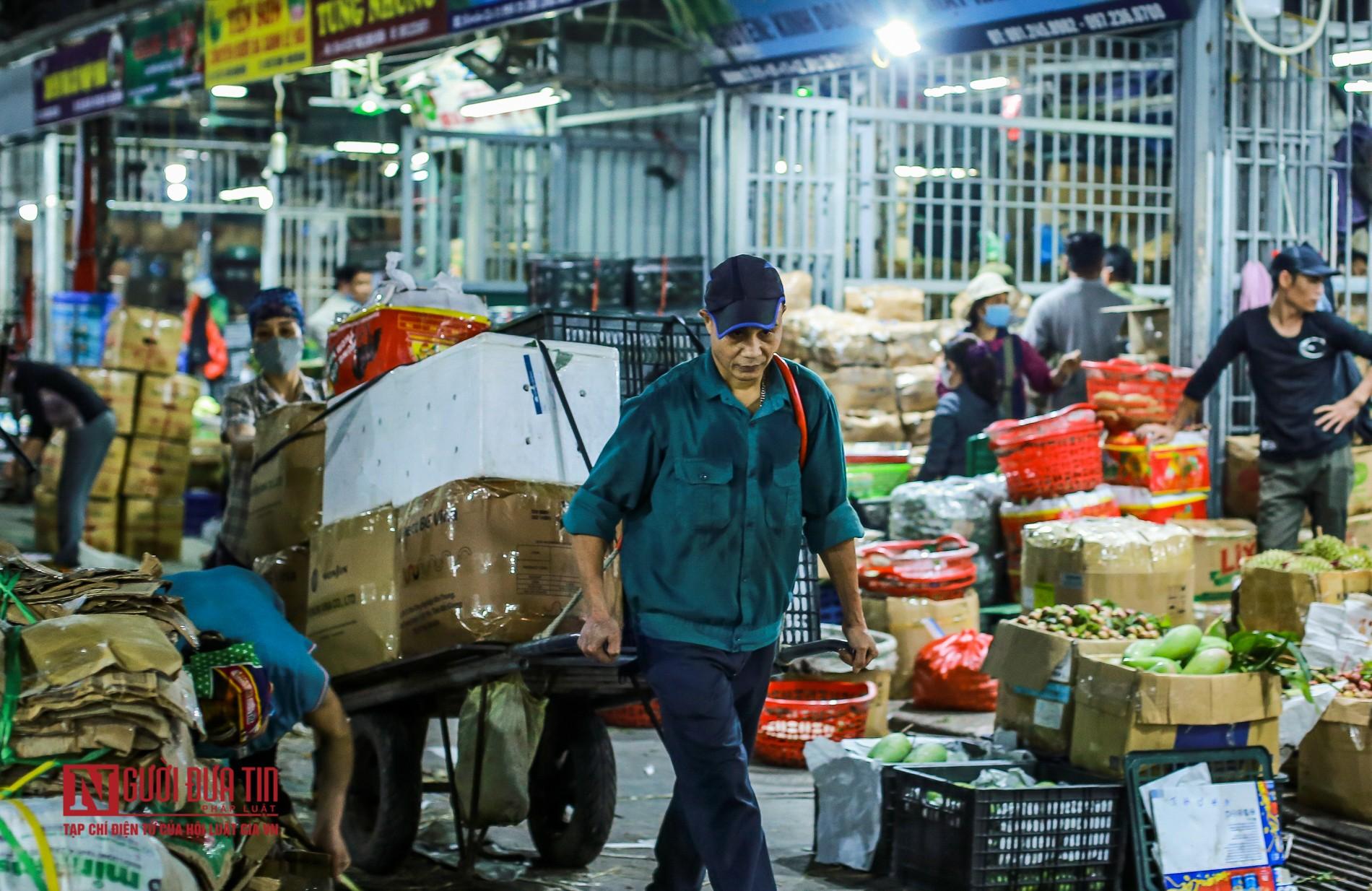 Người lao động vui vẻ kéo hàng trong đêm tại chợ hoa quả đầu mối-3