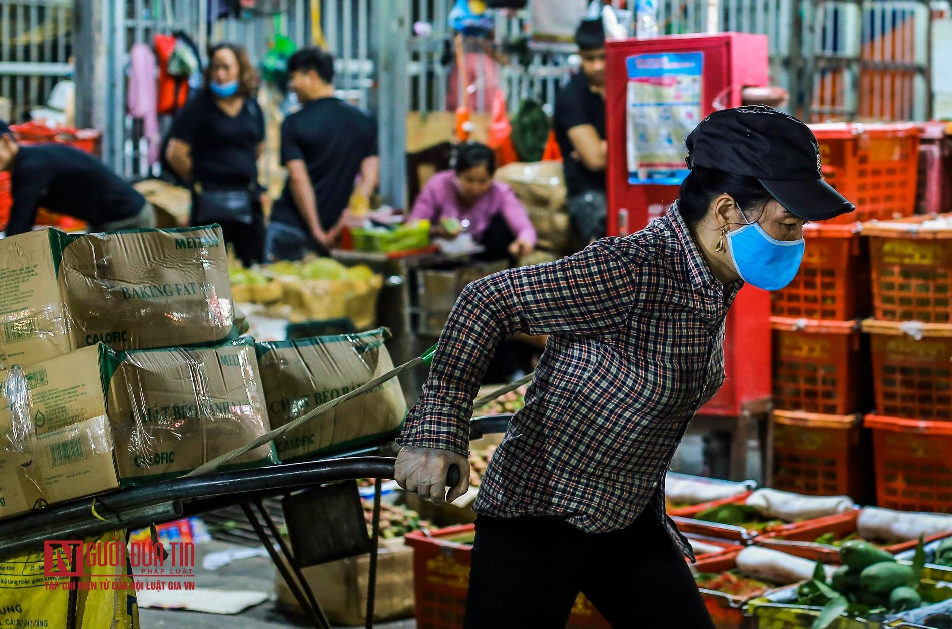 Người lao động vui vẻ kéo hàng trong đêm tại chợ hoa quả đầu mối-4