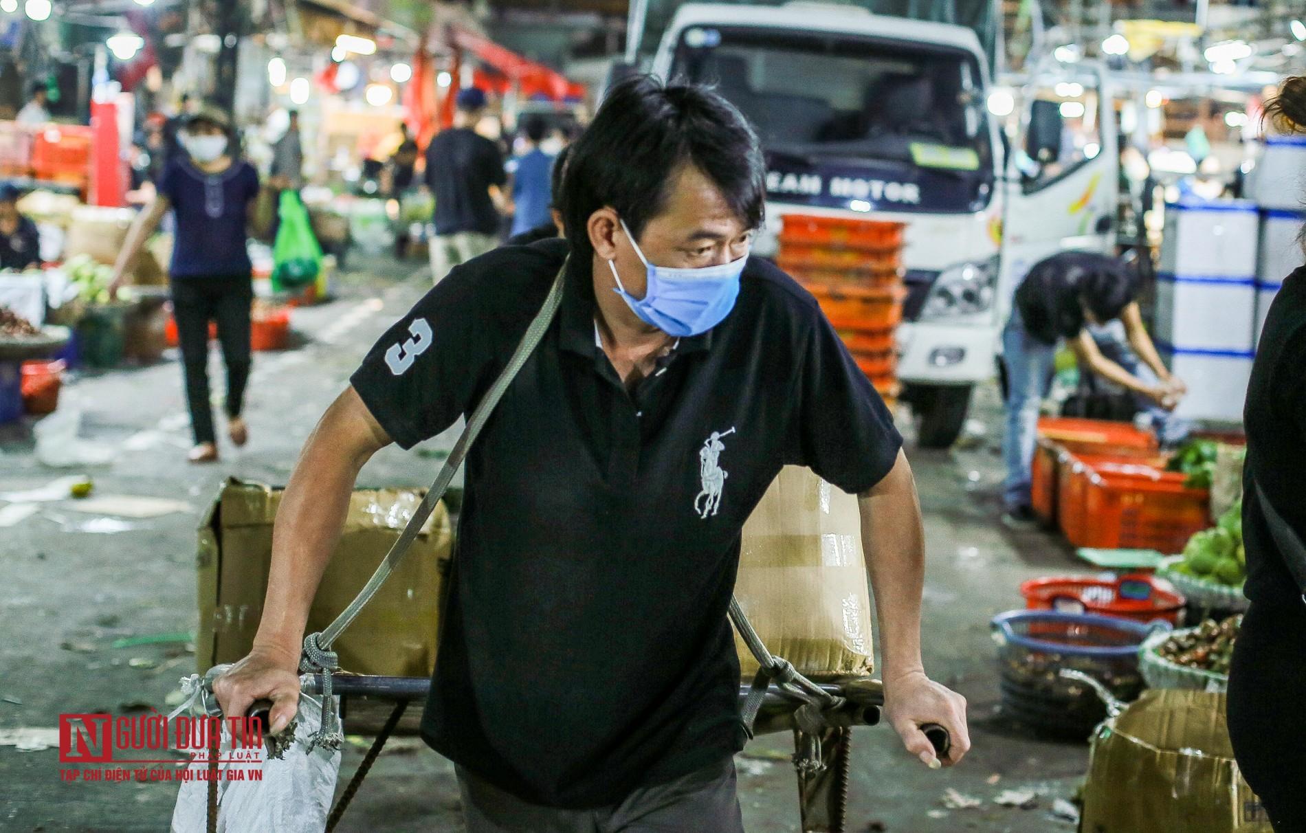 Người lao động vui vẻ kéo hàng trong đêm tại chợ hoa quả đầu mối-9