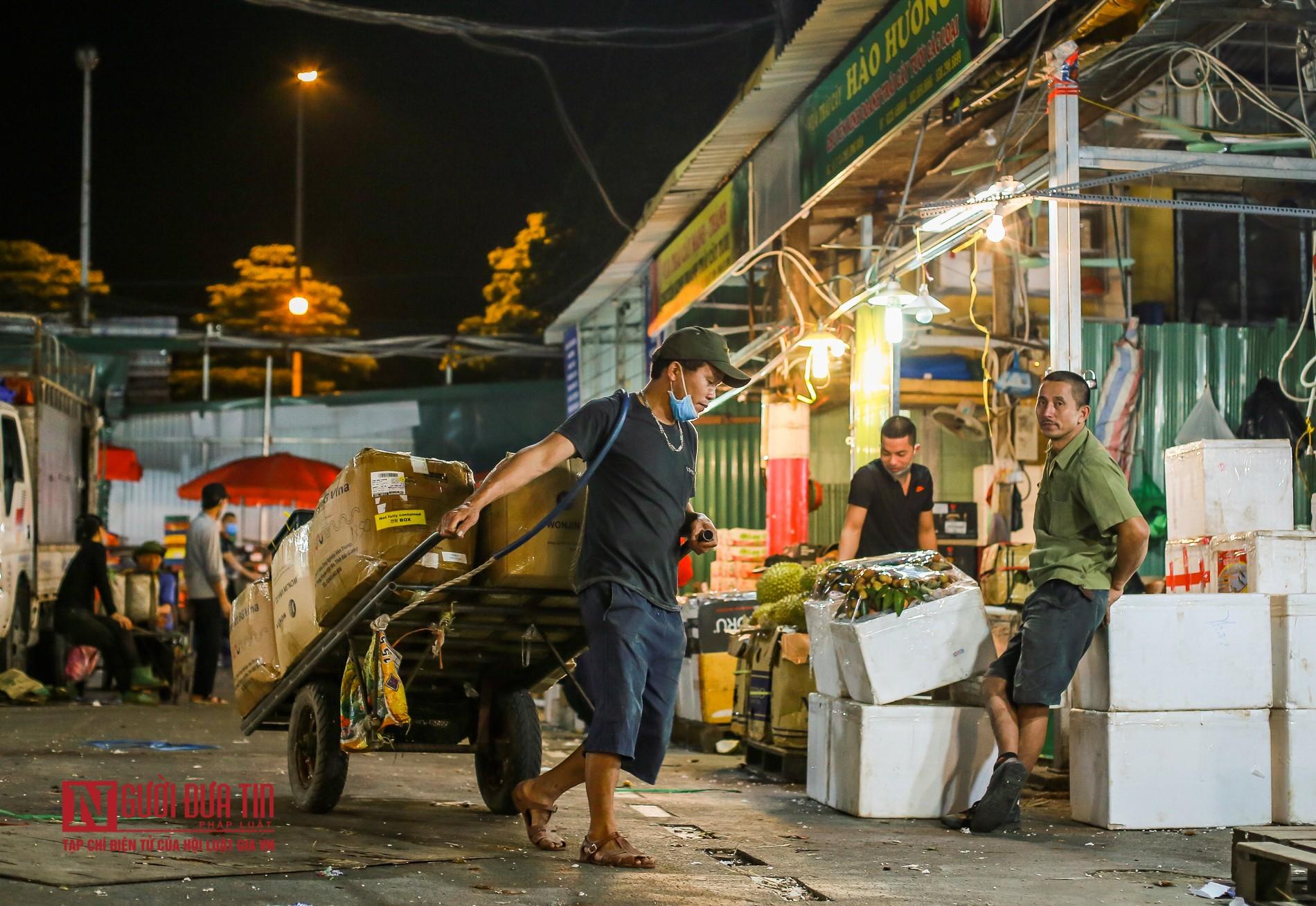 Người lao động vui vẻ kéo hàng trong đêm tại chợ hoa quả đầu mối-2
